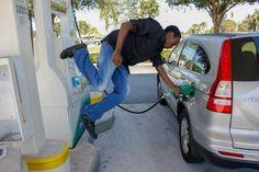 bloglosingrip - fotos engraçadas 14 - ...porque que será que eu nunca vi ninguém colocando gasolina de um jeito tão legal assim?