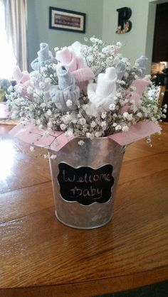 Nice gift for a new mother made with love - Baby Diy - Geschenke - Baby Shower Ideas Deco Baby Shower, Baby Shower Crafts, Baby Shower Diapers, Baby Shower Themes, Baby Boy Shower, Shower Ideas, Cheap Baby Shower Gifts, Elephant Baby Showers, Baby Sock Bouquet