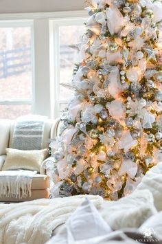 elegant-white-christmas-tree-in-greath-room