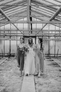 2 teiliges Brautkleid mit Wickelrock, feinster Spitze tiefer Rückenausschnitt und langen Ärmeln, fließendes Hochzeitskleid, Wedding dress in ivory / Foto: www.annaenya.com