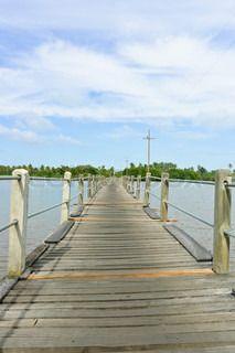Lange hölzerne Brücke über einen Fluss in low angle view   Stock-Foto   Colourbox on Colourbox