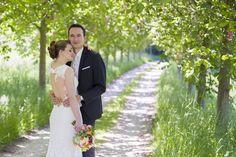 Brautpaar in einer Alee während der Blütezeit