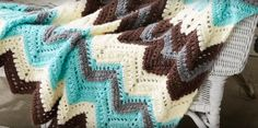 """afghan patterns Learn how to make this cozy chevron afghan blanket called """"Cabin in the Woods"""" with this free crochet pattern. Afghan Crochet Patterns, Crochet Afghans, Crochet Blankets, Chevron Afghan, Different Crochet Stitches, Queen Size Blanket, Beginner Crochet Projects, Kabine, Free Crochet"""