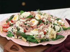 Zeina bjuder på en somrig måltid för hela familjen. På 20 snabba minuter svänger du ihop din pastasallad och en hemmagjord majonnäs. Perfekt enkel sommarmiddag eller picknickmat! Zeina, Pesto Pasta, Fish And Seafood, I Love Food, Cobb Salad, Salad Recipes, Lunch, Meals, Dinner