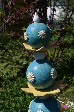 Gartenkugeln & -stelen - schöne, frostfeste Gartenstele mit Blüten - ein Designerstück von toepferingi bei DaWanda