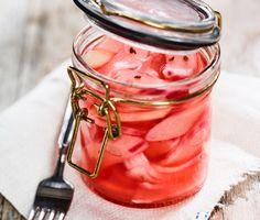 Rabarber inlagd i ättika och äppeljuice smakar försommar när den är som bäst . Den picklade rabarben med ton av anis passar fint till grillat kött och särskilt bra till fläskkött.