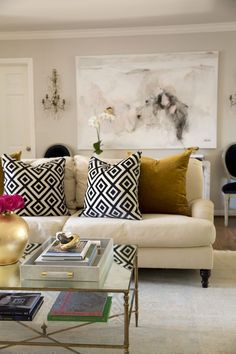 Learn how to get the Modern, Traditional Living Room look - House of Harper #modern #traditional #style #homedecor #hometour #livingroom