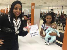 Larissa, 9 anos de idade, chegou ao Poupatempo Guarujá acompanhada pela avó Célia e pelo boneco Daniel. A garota foi tirar seu primeiro RG e aproveitou para perguntar se o boneco também poderia tirar a Carteira de Identidade.  Siga o exemplo de Larissa, que pratica cidadania até brincando, veja em nosso portal como tirar o 1ª RG: https://www.poupatempo.sp.gov.br/