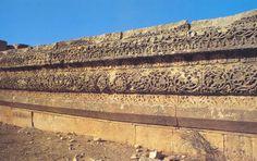 Un plinto adornado de enramadas y arabescos delicados adorna los muros del palacio omeya de Mshatta: las esculturas, que imitan las técnicas y los motivos decorativos antiguos, responden aquí a un «horror al vacío» que subsistirá como una marca del arte musulmán, del que constituye una característica.