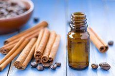 Massages-a-l'huile-de-cannelle pour combattre la cellulite. Les propriétés de l'huile de cannelle stimulent la circulation sanguine et facilitent l'élimination de toxines pour faire face à la cellulite.  Ce type d'huile peut s'acheter à un prix modique dans les magasins herboristes et naturistes, et vous pouvez réaliser les massages chez vous. Appliquez une quantité généreuse d'huile de cannelle sur les zones du corps affectées et faites des massages circulaires en exerçant une pression…