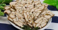 Vă prezentăm o rețetă deosebită de ruladă marmorată de pui, care o să uimească nu doar prin aspectul său nemaipomenit, dar și prin combinația delicioasă de piept de pui cu condimente. Chiar dacă la prima