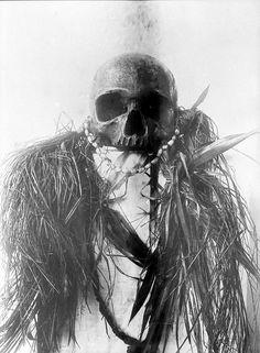 """Papua, 1909-1910: """"Schedeltrofee van een Papoea""""."""