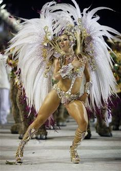 Killer legs, white feathers, beautiful skin Carnival Girl, Brazil Carnival, Carnival Outfits, Carnival Costumes, Carnival Headdress, Pagan Festivals, Samba Costume, Killer Legs, Brazilian Women