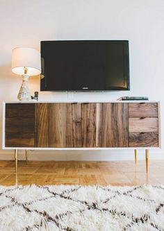 meuble en bois foncé, massif meuble télé, meuble tv avec une lampe décorative blanche