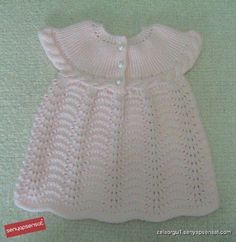 This Pin was discovered by Mub Crochet Baby Dress Pattern, Knit Baby Dress, Baby Dress Patterns, Knitted Baby Clothes, Baby Outfits, Filet Crochet, Knit Crochet, Beginner Knitting Patterns, Baby Pullover