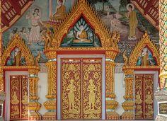 2013 Photograph, Wat Rong Oa Phra Wihan Doors, T. San Phi Suea, Mueang Chiang Mai, Chiang Mai, Thailand, © 2017. ภาพถ่าย ๒๕๕๖ วัดร้องอ้อ ประตู พระวิหาร ต.สันผีเสื้อ อ.เมืองเชียงใหม่ จ.เชียงใหม่ ประเทศไทย