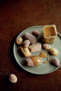 Cinnamon madeleines with winter-spiced- aramelsauce / James Martin Home Comforts
