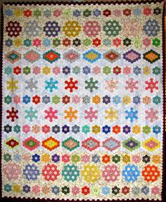 A stunning hexie row quilt, by Susan Torrens at The Proficient Needle. Very nice work. I might have to try a little copy! Hexagon Quilt Pattern, Hexagon Patchwork, Patchwork Quilting, Quilt Patterns, Hexagon Quilting, Patchwork Patterns, Quilting Projects, Quilting Designs, Quilting Tips
