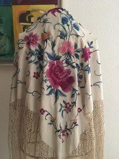Holiday Outfits, Summer Outfits, Moda Kimono, Tomorrow Is Another Day, Silk Shawl, Work Suits, Thread Work, Kimono Fashion, Shawls