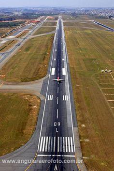 Jet prepared for take off at São Paulo Guarulhos GRU International Airport. Photo by Angular Fotos Aéreas
