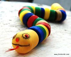 Maak een enge #speelgoed #slang van gewoon wat oude fles doppen. Nu maar hopen dat hij niet bijt.  (www.opvoedproducten.nl)