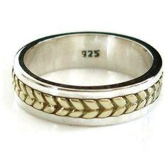 Code de produit - SP13  RRP £25 à 28 £  Une superbe et contemporain solide bague en argent qui dispose de Chevron détaillant en laiton. S'il vous plaît noter que ce n'est pas un anneau de Spinner. C'est un groupe solid et le détaillant en laiton est fixé.  Un grand anneau pour le pouce, ou comme une bande de mariage pour les hommes et les femmes de bonne valeur  Si nous n'avez pas votre taille de bague montre, s'il vous plaît entrer en contact.  Les dimensions indiquées sont en tailles UK…