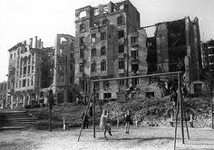 Horváth-kert, háttérben a Krisztina körút lerombolt épületei.