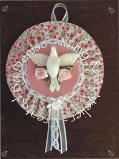Para quarto de menina Crafts With Cds, Diy And Crafts, Arts And Crafts, Recycled Cds, Baby Quilts, Special Day, Decoupage, Decorative Plates, Santa