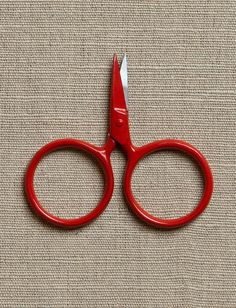 Kelmscott's bitty Putford Scissors in red. Nice little snips Sewing Tools, Sewing Crafts, Sewing Hacks, Sewing Box, Sewing Scissors, Embroidery Scissors, Purl Soho, Yarn Tail, Finger