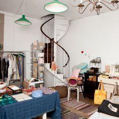 La recuperación como forma de entender el diseño y la elaboración de productos. Koti recupera materiales y telas de París y Finlandia para convertirlos en diseños muy originales. Textiles, decoración, neceseres, bolsas… Descubre una nueva forma de diseñar y crear objetos. Follow us: http://www.facebook.com/chicplace.es