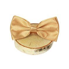 Bow tie gold. Bow tie goud. Maak je trouwpak helemaal af met een hippe bow tie! Je hebt ze in allerlei leuke kleuren en patronen en het beste is: de strik zit er al in! Hoef je je daar niet meer druk om te maken. €4,99