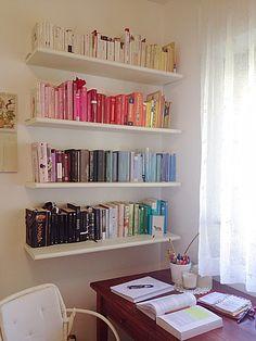 Colour organised books?! Or just a coincidence? Still, it's beautiful! Study Room Decor, Room Ideas Bedroom, Bedroom Decor, Bookshelf Inspiration, Room Inspiration, Home Office, Bookshelves In Bedroom, Bookcase, Aesthetic Room Decor