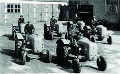 Myydyt traktorit valmiina lähtemään asiakkaille.