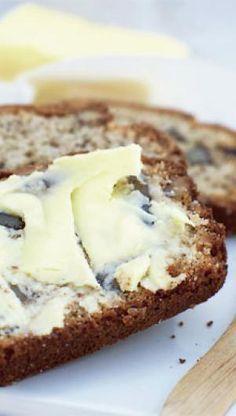 Server det i lune skiver med smør til Danish Cake, Danish Food, Savoury Baking, Bread Baking, Bread Food, Danishes, Bread Bun, What To Cook, Sweet Bread