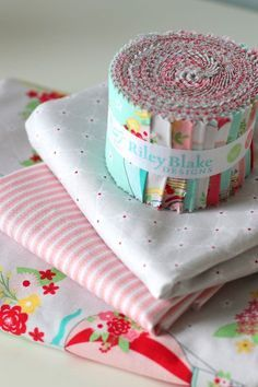 Precuts-friendly (Jelly Roll or Rolie Polie) baby quilt tutorial. Step by step DIY quilt pattern. Baby Quilt Tutorials, Baby Quilt Patterns, Quilting Tutorials, Quilting Projects, Sewing Projects, Quilting Ideas, Sewing Ideas, Quilt Baby, Block Patterns
