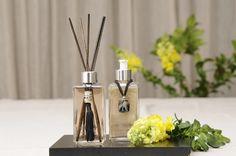 Murano - Aroma Vanilla di Luna. Produtos que se transformam em verdadeiras peças decorativas que mesclam cordões de couro com pedras de murano. Impossível não se apaixonar! #luxo #diessenza #aromas #aromatizadores #sabonetelíquido #homespray #difusor #cremehidratante #kit #toillete #casa #design #decor #eleganza #premium #murano
