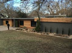 As seen on Fixer Upper - Stay in The Fabulous Waco Mid Century Modern Home! Enjoy your stay at our fabulous Waco Mid-Century Modern Ho. Café Exterior, Modern Exterior, Exterior Paint, Exterior Design, Exterior Windows, Bungalow Exterior, Mid Century Ranch, Mid Century House, Mid Century Modern Design