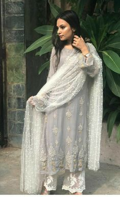 Casual Indian Fashion, Indian Fashion Dresses, Dress Indian Style, Indian Designer Outfits, Designer Dresses, Indian Wear, Indian Gowns, Indian Attire, Pakistani Formal Dresses