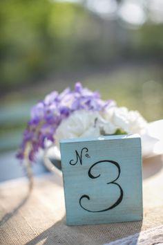 Carré en bois menthe pour numéro de table, mariage couleur menthe, et mariage rétro. http://www.savethedeco.com/creation-save-the-deco/427-numero-de-table-menthe-tranche-de-bois.html