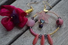 """Boucles d'oreille dépareillées """"En soie rose d'agate"""" avec perle en agate, soie de sari indien, dagues en verre : Boucles d'oreille par les-perles-de-eihpos"""