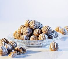 Knusper, knusper, Knäuschen – aber Lebkuchen schmeckt nicht nur als Häuschen, sondern auch in Kugelform ausgezeichnet.