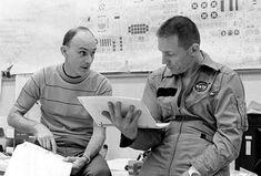 Astronauts Ken Mattingly and Jack Swigert discuss procedures before launch Apollo Space Program, Nasa Space Program, Astronauts In Space, Nasa Astronauts, Project Mercury, Apollo 13, Space Boy, Nasa History, Science