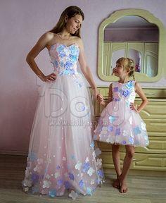Представляем вам, изысканное и оригинальное Платье Валентайн розовое из категории Платья для мамы и дочки, пошитое из качественных тканей.  Данная модель подчеркивает фигуру и обладает утонченным вкусом. Модный и современны фасон платья, будет всегда актуальный на любом мироприятии.  Платье отличаеться своей не дорогой ценой, привлекательным видом и оригинальностью.