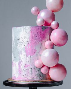One of my favorite cakes recently. After spending so many hours trying to figure out how to keep the spheres on their place I was able to do it. Swipe left to see all the details of this cake. Pink and gray watercolor buttercream and pearl marble chocolate spheres. I used the @wiltoncakes Pearl Mist to achieve this pretty pearl finish. Hope for your comments guys !
