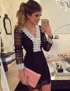 Zwart kant jurkje met witte diepe hals en lange mouwen. Het jurkje heeft een dubbele voering en loopt wat uit. De jurk is voorzien van een rits aan de achterkant. Stof: Polyester Lengte: 80cm Binnenkort verkrijgbaar voor €39,95.