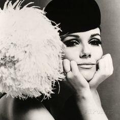 Nicole de la Marge portant un chapeau velour Peter Shepherd, 1965 reproduction procédé giclée par John French sur AllPosters.fr