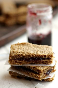Chewy Applesauce Oat Bars (gf, df) - These healthy treats remind me of Nutri Grain Bars