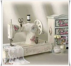 Sewing studio vintage shabby chic 40 New ideas Shabby Chic Crafts, Shabby Chic Homes, Shabby Chic Decor, Chabby Chic, Blanc Shabby Chic, Shabby Chic Style, Shabby Vintage, Vintage Table, Manualidades Shabby Chic