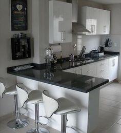 El granito es un material ideal para cocinas debido a su dureza y que no es poroso, el granito negro es el que más me gusta en especial cuando contrasta tan bien con el espacio en cool blanco, y los artículos decorativos y muebles hacen juego con este.