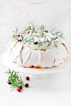 Pavlova z żurawiną Pavlova, Mincemeat, Dessert Recipes, Desserts, Meringue, Irish Cream, Panna Cotta, Sweets, Baking